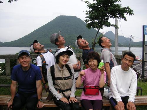 榛名富士をバックにイナバウワー